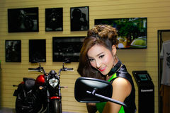 Uma pose fêmea não identificada do apresentador na exposição automóvel internacional 2017 de Banguecoque Imagem de Stock