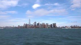 Uma possibilidade remota de New York do centro e de barcos que passam a arquitetura da cidade filme