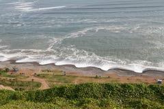 Uma praia apenas fora de Lima, Peru imagem de stock