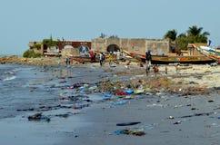 Uma praia coberta pela maca plástica no pequeno CÃ'te de Senegal, África ocidental fotografia de stock royalty free