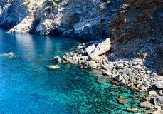 Uma praia de pedra remotamente encontrada pequena Fotos de Stock