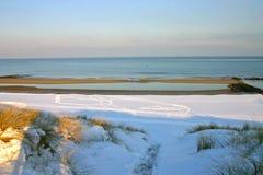Uma praia do inverno imagem de stock