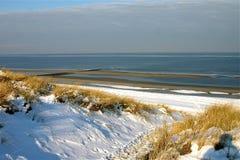 Uma praia do inverno fotografia de stock