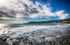 Uma praia do mar Mediterrâneo sob um céu nebuloso, Itália imagens de stock