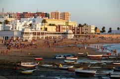 Uma praia na maré baixa na cidade de Cadiz no dia do fim na Andaluzia, Espanha Imagem de Stock Royalty Free