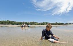 uma praia para fora deixada criança do menino @ Imagem de Stock