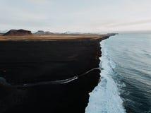 Uma praia preta da areia em Islândia Imagem de Stock