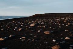 Uma praia rochosa em Islândia Fotografia de Stock