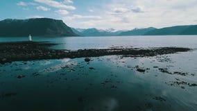 Uma praia rochoso coberta com a alga, metragem aérea, na ilha de Godoy, Noruega video estoque