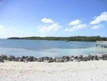 uma praia só com as pedras no verão imagem de stock