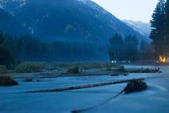 Uma prancha de madeira no rio do vale de Kumrat em Paquistão betwwen as montanhas do amanhecer Fotos de Stock