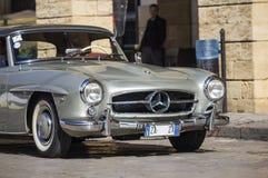 Uma prata 1955 construiu o Mercedes-Benz na estrada Fotos de Stock Royalty Free