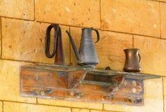 Uma prateleira decorativa com jarros, ideia do projeto Foto de Stock Royalty Free