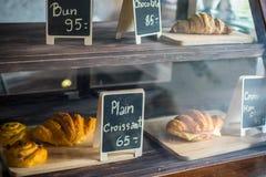 Uma prateleira e o pão imagem de stock