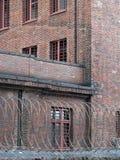 Uma prisão atrás do barbwire imagens de stock royalty free