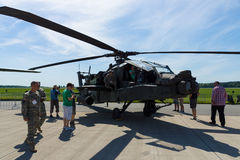Uma quatro-lâmina, arco longo bimotor de Boeing AH-64 Apache do helicóptero de ataque fotografia de stock