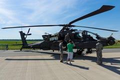 Uma quatro-lâmina, arco longo bimotor de Boeing AH-64 Apache do helicóptero de ataque imagem de stock