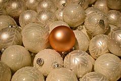 Uma quinquilharia diferente do Natal entre todas as quinquilharias brancas Imagem de Stock Royalty Free