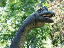 Uma réplica de um brachiosaurus no parque animal de Pairi Daiza imagem de stock royalty free