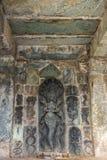 Uma rainha do Naga cercada pela escultura das serpentes no templo de Chennakeshava em Belur, Índia imagens de stock