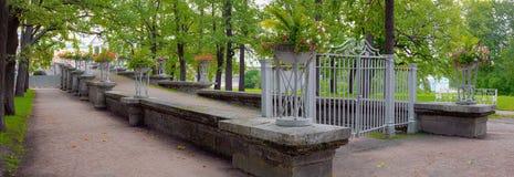 Uma rampa deinclinação ao parque do jardim de suspensão decorado com os vasos pelo ferro fundido Fotos de Stock