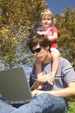 Uma rapariga com seu pai Fotos de Stock Royalty Free