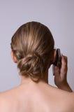 Uma rapariga está prendendo um telefone de pilha Fotografia de Stock Royalty Free