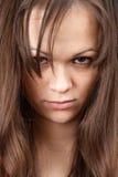 Uma rapariga olha as vidas duras. Fotos de Stock