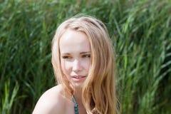Uma rapariga olha na distância Foto de Stock