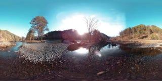 Uma realidade virtual de 360 VR do montanhas, floresta do pinho e rio selvagens flui Raios do parque nacional, do prado e do sol filme
