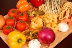 Uma recompensa dos alimentos italianos que descansam em uma placa de estaca foto de stock royalty free