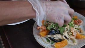 Uma refeição gourmet deliciosa está sendo dada os toques finais pelo cozinheiro chefe em uma cozinha do restaurante ou do hotel vídeos de arquivo