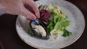 Uma refeição gourmet deliciosa está sendo dada os toques finais pelo cozinheiro chefe em um restaurante filme