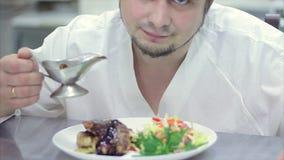 Uma refeição gourmet deliciosa está sendo dada os toques finais pelo cozinheiro chefe em um restaurante ou a cozinha do hotel, ap video estoque