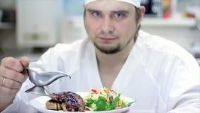 Uma refeição gourmet deliciosa está sendo dada os toques finais pelo cozinheiro chefe em um restaurante ou a cozinha do hotel, ap filme