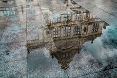Uma reflexão de uma construção histórica em Europa imagens de stock royalty free