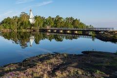 Uma reflexão de espelho do monastério de Nikolsky na água calma do lago, costa de pedra fotos de stock royalty free