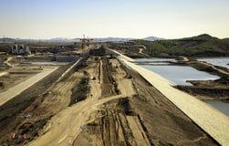 Uma represa que está sendo construída Fotografia de Stock Royalty Free