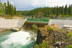 Uma represa usada para gerar a eletricidade nos meses do verão foto de stock royalty free