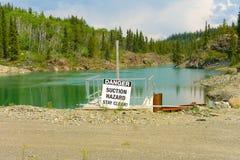Uma represa usada para gerar a eletricidade nos meses do verão imagens de stock