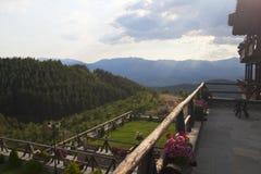 Uma residencial nas montanhas imagens de stock