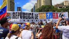 Uma reunião contra o regime ditatorial de Maduro na Venezuela de Caracas mostra os suportes de Guaido que oferecem-se para a ajud filme