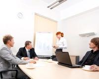 Uma reunião de negócio em um escritório moderno foto de stock
