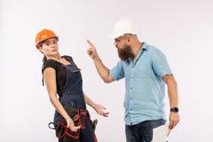 Uma reunião masculina do arquiteto ou do coordenador com um contratante da mulher da construção no fundo branco imagem de stock royalty free