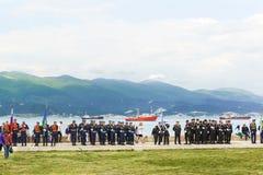 Uma reunião solene na véspera do aniversário da vitória na guerra no território do memorial fotos de stock