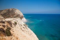 Uma rocha alta está em mediterrâneo de Chipre Fotografia de Stock Royalty Free
