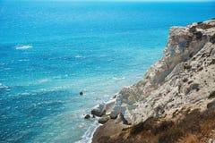 Uma rocha alta está em mediterrâneo de Chipre Imagem de Stock