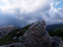 Uma rocha animal-dada forma sob o céu escuro Foto de Stock