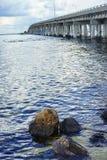 Uma rocha do anf da ponte em Tampa Bay fotografia de stock royalty free