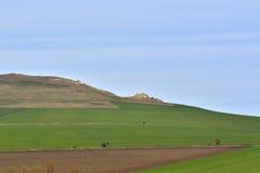 Uma rocha no campo deu forma por natureza sob a forma de um homem de sono Homens de Serbesti, Neamt romania Foto de Stock
